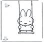 Miffy sur la balançoire